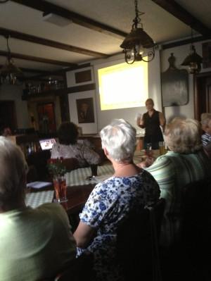 Daniela Gerschler beim Vortrag bei der Koplpingsfamilie